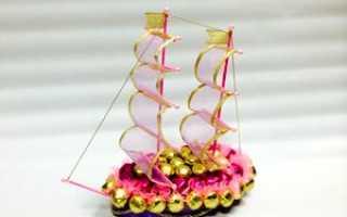 Подарок на свадьбу из гофрированной бумаги. Подарок на свадьбу из конфет или сладкие флористические фантазии для жениха и невесты. Корабль из конфет с бутылкой шампанского