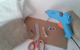 Домовой как сделать. Домовенок своими руками: мастер-класс по изготовлению куклы. Как сшить домовенка из мешковины своими руками? Домовой из соленого теста своими руками