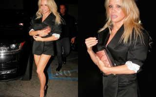 Парень помогает девушке одевать чулки на свидание. Pamela Anderson отправилась на свидание в колготках без юбки. Очень обтягивающие брюки