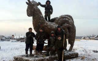 В якутии к новому году слепили из навоза огромного петуха. Житель якутии рассказал, зачем лепит скульптуры из навоза